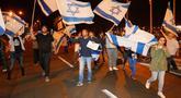 Warga berdemonstrasi menentang gencatan senjata dengan Hamas di Kota Ashkelon Selatan, Israel, Rabu (14/11). PM Israel Benjamin Netanyahu menyetujui gencatan senjata dengan Hamas di Gaza. (JACK GUEZ/AFP)