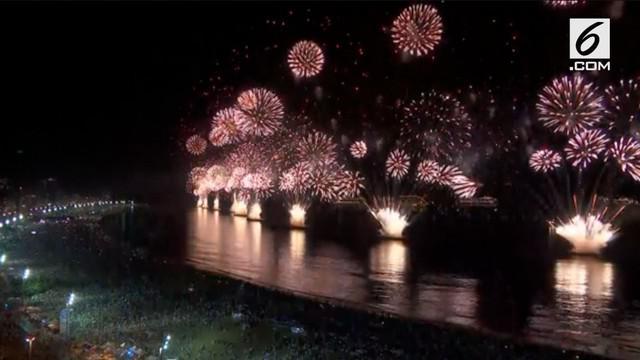 Ribuan orang berkumpul di Rio de Janeiro untuk merayakan tahun baru dengan kembang api di pantai Copacabana.
