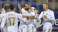 Penyerang Real Madrid, Karim Benzema (kedua kanan) berselebrasi bersama rekan-rekannya usai mencetak gol ke gawang Eibar pada pertandingan lanjutan Liga Spanyol di  stadion Ipurua (9/11/2019). Benzema mencetak dua gol dipertandingan ini dan mengantar Madrid menang 4-0. (AP Photo/Alvaro Barrientos)