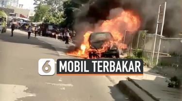 Sebuah mobil di Jalan Raya Soleh Iskandar, Kota Bogor terbakar, Selasa (5/11/2019) sore. Diduga api berasal dari kebocoran selang bensin.