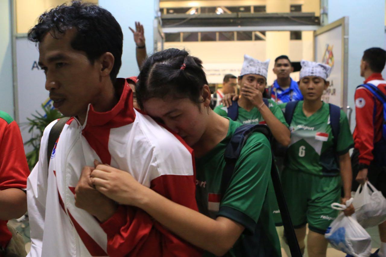 Pemain Timnas sepak takraw putri Indonesia tampak menangis setelah walk out ketika menghadapi Malaysia, Minggu (20/8/2017). (Kemenpora)