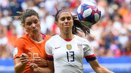 Striker Amerika Serikat, Alex Morgan, berebut bola dengan bek Belanda, Dominique Bloodworth, pada laga final Piala Dunia Wanita 2019 di Stadion Lyon, Lyon, Minggu (7/7). AS menang 2-0 atas Belanda. (AFP/Franck Fife)