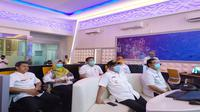 Walikota Cirebon bersama pimpinan SKPD lain saat mengikuti rapat virtual bersama Gubernur Jawa Barat membahas PSBB tingkat provinsi. Foto (Liputan6.com / Panji Prayitno)