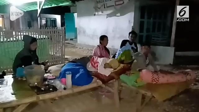 Warga setempat khawatir akan terjadi gempa susulan, sehingga warga tidak berani berada di dalam rumah dan lebih memilih untuk tidur di halaman depan rumahnya.
