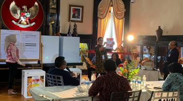 Petugas KPPS Luar Negeri bersama pengawas dan saksi melakukan penghitungan surat suara Pemilu 2019 yang dikirimkan melalui pos maupun yang dicoblos langsung di TPS, di KBRI Washington DC, Kamis (18/4). Jokowi meraih 1113, sementara pasangan Prabowo-Sandi meraih 352 suara. (Liputan6.com/HO/Butet)