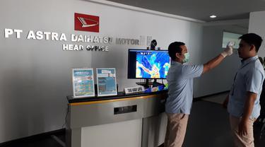 Setelah menerapkan split team dan koordinasi menggunakan digital meeting, PT Astra Daihatsu Motor (ADM) juga menerapkan physical distancing pada sistem produksi.