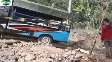 Tanah bergerak juga merusak jalan di Nyalindung, Sukabumi, Jawa Barat.