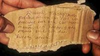 Surat wasiat di samping bayi malang (Liputan6.com/Rino Abonita)