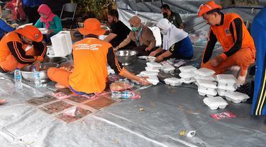 Dapur umum di posko induk pengungsi banjir di GOR Otto Iskandar Dinata (Otista), Jakarta Timur.