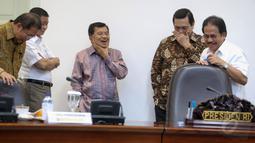 Wakil Presiden Jusuf Kalla bersama sejumlah menteri memimpin rapat terbatas (ratas) di Kantor Presiden, Jakarta, Selasa (26/5/2015). (Liputan6.com/Faizal Fanani)