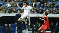 Bek Real Madrid, Marcelo, menyundul bola saat pertandingan melawan Real Sociedad pada laga La Liga di Stadion Santiago Bernabeu, Sabtu (10/2/2018). Real Madrid menang 5-2 atas Real Sociedad. (AP/Francisco Seco)