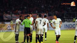 Sempat terjadi protes dari para pemain PDRM FA Malaysia terhadap kepemimpinan wasit (Liputan6.com/ Helmi Fithriansyah)
