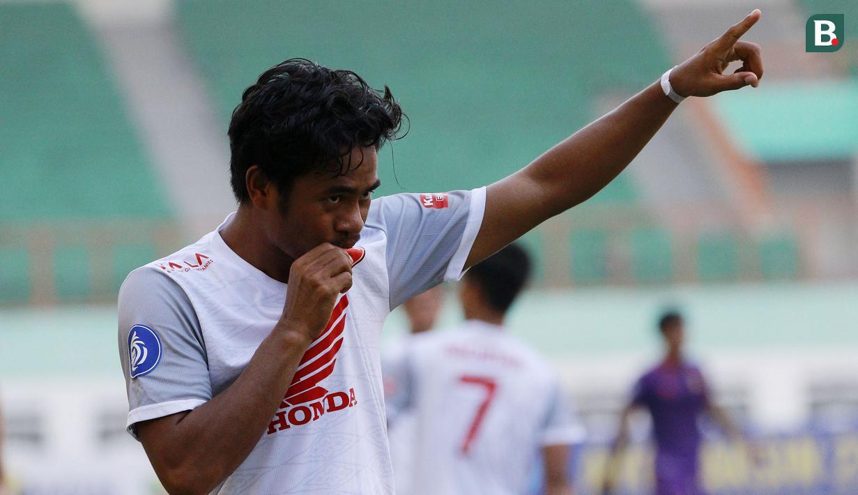 Lima gol tercipta dalam laga pekan ke-4 BRI Liga 1 2021/2022 antara PSM Makassar kontra Persik Kediri di Stadion Wibawa Mukti, Kamis (23/9/2021). PSM menjadi pemenang dengan skor 3-2 usai Ilham Udin Armaiyn mencetak gol penentu ke gawang Persik di masa injury time. (Bola.com/M Iqbal Ichsan)