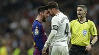 Striker Barcelona, Lionel Messi, bersitegang dengan bek Real Madrid, Sergio Ramos, pada laga La Liga di Stadion Santiago Bernabeu, Sabtu (2/3). Real Madrid takluk 0-1 dari Barcelona. (AP/Manu Fernandez)