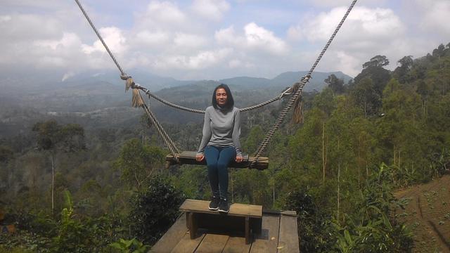 Ican, salah satu pengunjung Kamojang Ecopark tengah menikmati suasana di atas ketinggian hamparan area pertanian