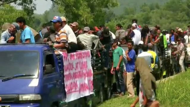 Ribuan petani keramba jaring apung unjuk rasa tolak pengosongan Waduk Jatiluhur oleh Perum Jasa Tirta II.