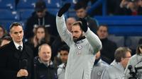 Pemain baru Chelsea, Gonzalo Higuain saat diperkenalkan kepada suporter sebelum laga Chelsea vs Tottenham di semifinal kedua Piala Liga Inggris, di Stadion Stamford Bridge, Kamis (24/1). (AFP/Glyn Kirk)