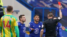 Satu menit unggul, Chelsea mendapatkan petaka. Thiago Silva diusir keluar lapangan setelah mendapatkan kartu merah di laga ini. (Foto: AFP/Pool/John Walton)