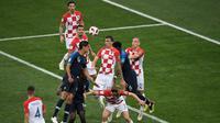 Pemain depan Kroasia Mario Mandzukic (tengah) menyundul bola dan mencetak gol bunuh diri setelah tendangan bebas pemain Prancis Antoine Griezmann pada pertandingan final Piala Dunia 2018 di Stadion Luzhniki Moskow, (15/7). (AFP PHOTO / Gabriel Bouys)