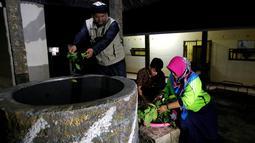 Ramuan herbal dimasukkan ke dalam sebuah tempat perendaman untuk rehabilitasi pecandu narkoba di Purbalingga, Jateng, 27 Juli 2016. Terapi untuk pecandu narkoba ini dilakukan dengan merebus pasien di atas kompor yang menyala. (REUTERS/Darren Whiteside)