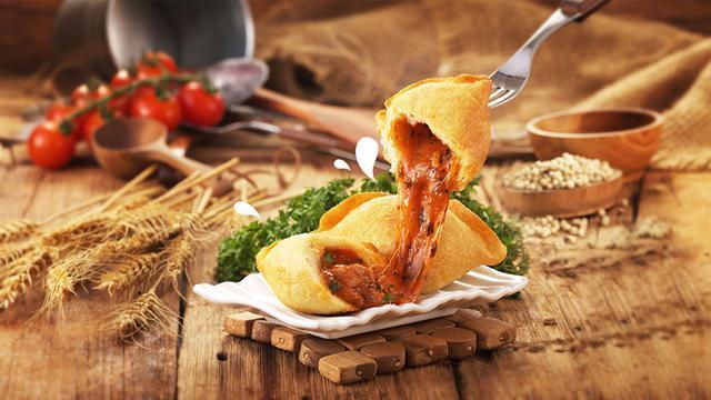 Pizza Goreng Indosaji, hidangan sekaligus camilan unik dan lezat dengan konsep seperti pizza. Credit