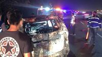 Mobil Toyota Avanza putih yang melakukan tabrak lari di Kota Bandung ditemukan dalam kondisi hangus terbakar di Tol Cileunyi, Kamis (10/6/2021) malam. (Foto: Istimewa)