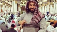 Ben Tzion (31) pria kelahiran Rusia yang berkewarganegaraan Israel memicu kontroversi karena berfoto di dalam Masjid Nabawi (Facebook/Ben Tzion)