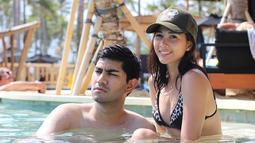 Saat berlibur di Bali, Andrea Dian dan Gandhi Fernando tampak bersantai dengan berendam di kolam renang. (Foto: instagram.com/andreadianbimo)