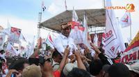 Usai menyampaikan orasi politiknya Prabowo Subianto langsung dibopong oleh para pendukungnya (Liputan6.com/Helmi Fithriansyah)