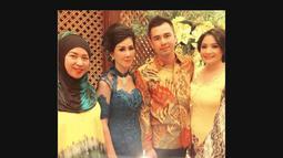 Kebahagiaan tengah dirasakan pasangan Raffi Ahmad dan Nagita Slavina. Sabtu (09/08/14) Raffi memboyong keluarganya melamar kekasihnya itu (Instagram)