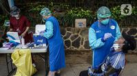 Petugas kesehatan melakukan tes usap (swab test) antigen dan PCR gratis di Terowongan Kendal, Menteng, Jakarta, Kamis (2/9/2021). Program yang dinamakan Seruling (swab seru keliling) dari Puskesmas Kecamatan Menteng tersebut dilaksanakan setiap Selasa, Kamis, dan Jumat. (Liputan6.com/Johan Tallo)