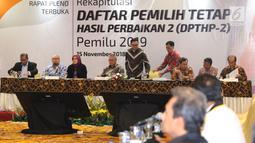 Ketua KPU Pusat, Arief Budiman (keempat kiri) memimpin rapat pleno Rekapitulasi Daftar Pemilih Tetap Hasil Perbaikan (DPTHP) 2 di Jakarta, Kamis (15/11). Rapat dihadiri perwakilan pihak terkaitPileg dan Pilpres 2019. (Liputan6.com/Helmi Fithriansyah)