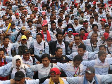 Massa awak mobil tangki (AMT) unjuk rasa di depan gedung Kementerian Ketenagakerjaan, Jakarta, Kamis (6/7). Massa menuntut agar seluruh sopir tangki BBM Pertamina Patra Niaga dan Elnusa Petrofin diangkat karyawan tetap. (Liputan6.com/Immanuel Antonius)