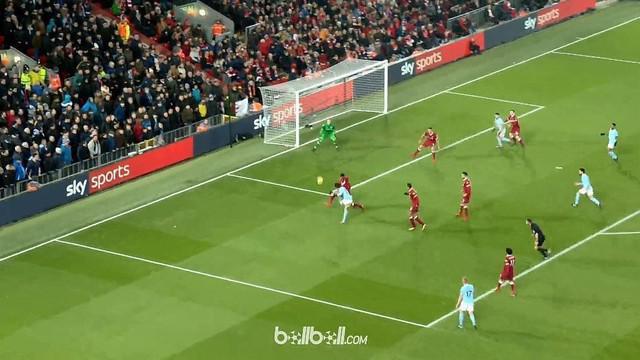Pemain Manchester City, Leroy Sane, mencetak gol dari sudut sempit saat menghadapi Liverpool. This video is presented by Ballball.