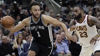 Pemain San Antonio Spurs, Kyle Anderson (kiri) mencoba melewati adangan pemain Cavaliers, LeBron James (23) pada lanjutan NBA di basketball game di AT&T Center, San Antonio, (23/1/2018). Spurs menang atas Cleveland 114—102. (AP/Eric Gay)