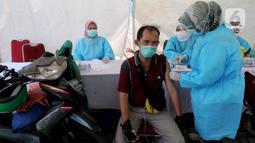 Paramedis menyuntikkan vaksin COVID-19 kepada warga saat vaksinasi secara drive-thru di ICE BSD, Tangerang, Banten, Sabtu (13/3/2021). Sebanyak 5.000 masyarakat umum, lanjut usia (lansia), dan pengemudi ojek online (ojol) divaksin COVID-19 pada hari ini dan besok. (merdeka.com/Arie Basuki)