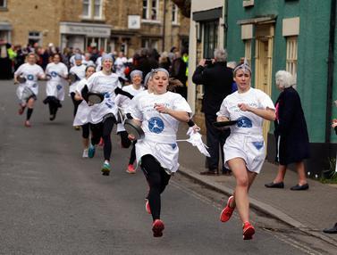 Menonton Serunya Lomba Lari Pancake di Inggris-AP