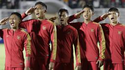 Pemain Timnas Indonesia U-19 menyanyikan lagu Indonesia Raya sebelum melawan Timor Leste pada laga Kualifikasi Piala AFC U-19 2020 di Stadion Madya, Jakarta, Rabu, (6/11/2019). Indonesia menang 3-1 atas Timor Leste. (Bola.com/M Iqbal Ichsan)