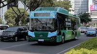 Bus listrik TransJakarta melintas di Jalan jenderal Suditman, jakarta, Selasa (10/9/2019). TransJakarta melakukan uji coba tiga bus listrik untuk menguji ketahanan bateri dan beban seberat 16 ton pdi sejumlah jalan protokol ibukota. (HO/Basuki))