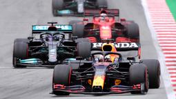 Verstappen terus memimpin balapan setelah kembali dimulai pada lap ke-11. Driver asal Belanda itu bahkan mengungguli Hamilton sekitar 1,5 detik pada lap ke-19. (Foto: AFP/Lluis Gene)