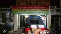 Barang sitaan hasil penggerebekan di rumah penjual miras oplosan di Jatiasih, Kota Bekasi, Rabu (4/4/2018) malam. (Liputan6.com/Fernando Purba)