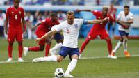 Striker Inggris, Harry Kane, bersiap melakukan penalti saat melawan Panama pada laga grup G Piala Dunia di Stadion Nizhny Novgorod, Nizhny Novgorod, Minggu (24/6/2018). Inggris menang 6-1 atas Panama. (AP/Matthias Schrader)