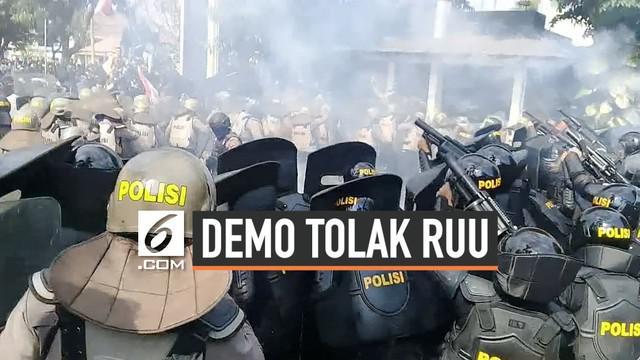 Demo ribuan mahasiswa dalam aksi #BengawanMelawan berakhir ricuh. Polisi menembakkan gas air mata untuk membubarkan mahasiswa yang menggelar aksi demo di depan gerbang kantor DPRD Solo.