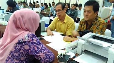 Wajib Pajak berbondong-bondong mendatangi Kantor Pelayanan Pajak (KPP) Tanah Abang 2 untuk menyerahkan laporan SPT Tahunan. (Liputan6.com/Fiki Ariyanti)