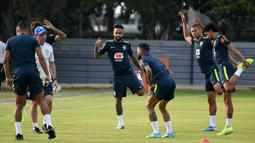 Penyerang Brasil, Neymar (tengah) bersama rekan-rekannya melakukan pemanasan saat mengikuti sesi latihan tim di Singapura (7/10/2019).  Brasil akan menghadapi Senegal pada pertandingan persahabatan di Singapore National Stadium pada 10 Oktober 2019. (AFP Photo/Roslan Rahman)