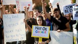 Karyawan Google melakukan aksi protes terkait pelecehan seksual yang terjadi di perusahaannya di Kantor Pusat Mountain View, California, AS,  Kamis (1/11). Aksi ini dilakukan oleh karyawan Google di berbagai negara. (AP Photo/Noah Berger)