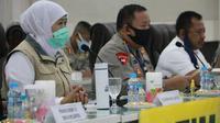 Gubernur Khofifah Indar Parawansa kembali menggelar rapat koordinasi virtual dengan jajaran Forkopimda Jatim dan Forkopimda Kabupaten Kota se-Jawa Timur, Kamis (9/4/2020) di Mapolda Jatim. (Liputan6.com/ Dian Kurniawan)