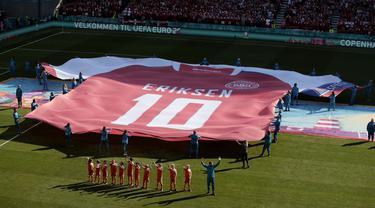 Ada momen menarik pada laga Denmark kontra Belgia pada pertandingan kedua Grup B Piala Eropa 2020. Jersey Christian Eriksen berukuran raksasa dibentangkan di tengah lapangan pada laga tersebut. (Hannah McKay/Pool via AP)
