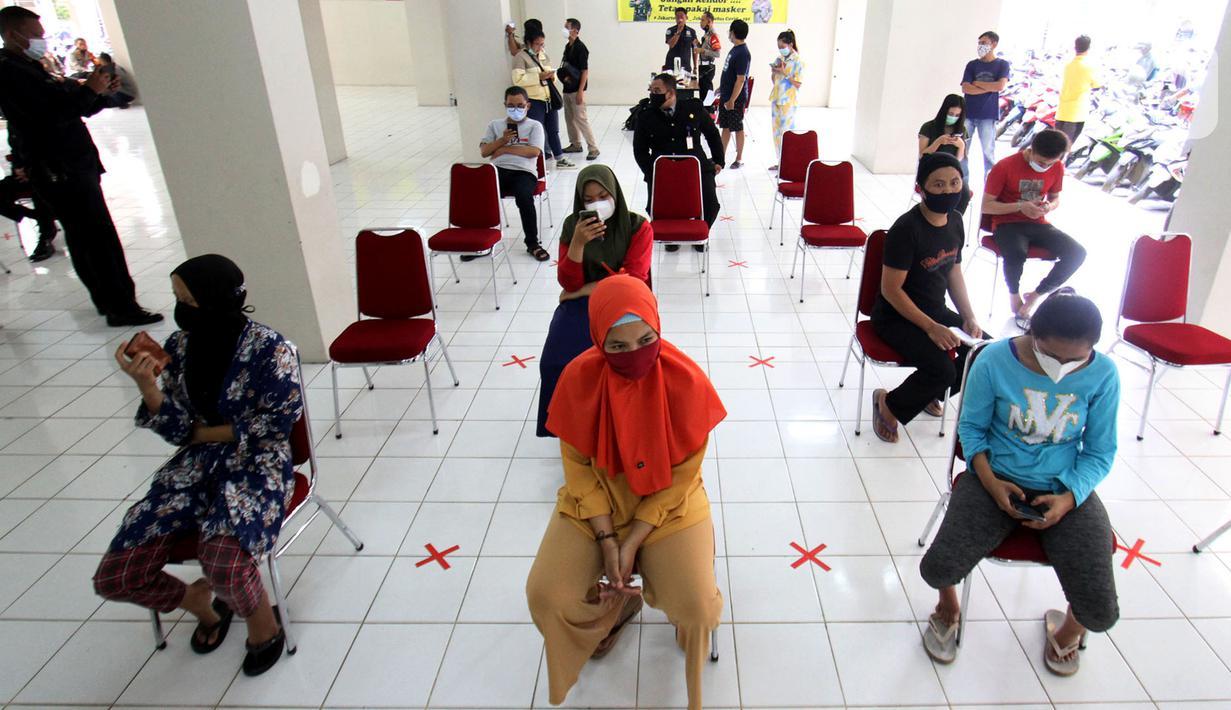 Warga antre untuk mengikuti tes swab antigen gratis di Tower Alamanda Apartemen Gading Nias Residence (GNR), Jakarta, Kamis (20/5/2021). Swab antigen untuk penghuni apartemen ditujukan untuk mereka yang telah kembali dari mudik sesuai dengan arahan pemerintah. (Liputan6.com/Fery Pradolo)