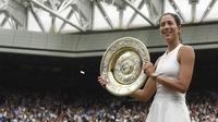 Petenis Spanyol, Garbine Muguruza, berhasil meraih gelar juara Wimbledon usai menaklukkan Venus Williams di All England Lawn Tennis Club, Inggris, Sabtu (15/7/2017). Muguruza menang 7-5 dan 6-0 atas Williams. (AFP/Facundo Arrizabalaga)